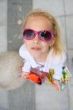 Junges kleines Mädchen mit vollen Einkaufstaschen Stockbild