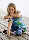 Junges Knien auf einem Dock. Lizenzfreie Stockfotos