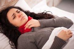 Junges krankes Mädchen, das im Bett liegt lizenzfreie stockbilder