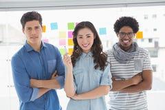 Junges kreatives Team, das an der Kamera lächelt Lizenzfreies Stockfoto
