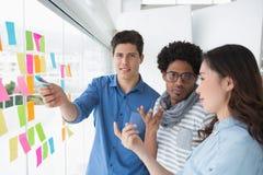 Junges kreatives Team, das zusammen gedanklich löst Lizenzfreies Stockfoto