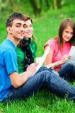 Junges Kursteilnehmerlernen im Freien lizenzfreies stockbild