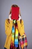 Junges Kursteilnehmermädchen mit Büchern stockfotos