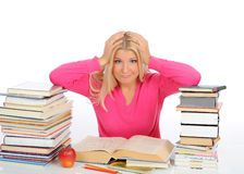 Junges Kursteilnehmermädchen mit Lots Büchern in der Panik. Stockfoto