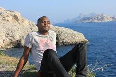 Junges Lächeln des schwarzen Mannes, im Freien Lizenzfreie Stockfotos
