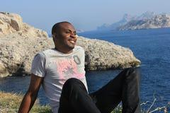 Junges Lächeln des schwarzen Mannes, im Freien Stockbild