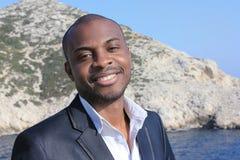 Junges Lächeln des schwarzen Mannes, im Freien Stockfoto