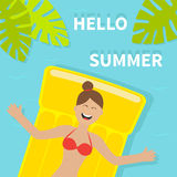 Junges lächelndes Frauenmädchen, das auf gelbe Luftpool-Wassermatratze schwimmt Roter Badeanzug hallo Sommer Blauer Hintergrund f Stockbilder