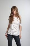 Junges lächelndes Mädchen, das im weißen T-Shirt aufwirft Lizenzfreie Stockbilder
