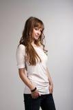 Junges lächelndes Mädchen in einem weißen T-Shirt Lizenzfreie Stockbilder