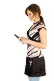 Junges lächelndes Mädchen las SMS stockfotos