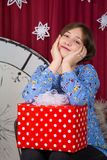 Junges lächelndes Mädchen mit Kasten auf dem Hintergrund der Stunden des neuen Jahres stockfotos