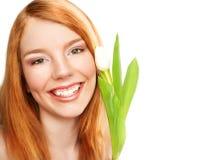 Junges lächelndes Mädchen mit Tulpe Lizenzfreie Stockbilder