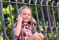 Junges lächelndes Mädchen - Porträt im Freien Lizenzfreies Stockfoto