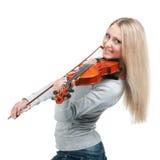 Junges lächelndes Mädchen, welches die Violine spielt Stockfoto