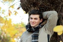 Junges lächelndes Mannporträt Lizenzfreie Stockfotos