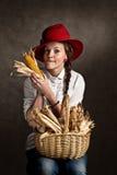Junges Landwirtmädchen mit einem Maiskolben lizenzfreie stockbilder
