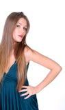 Junges langes-haire Mädchen im Kleid Stockfoto