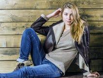 Junges langhaariges Mädchen in einer Lederjacke Lizenzfreies Stockfoto