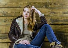 Junges langhaariges Mädchen in einer Lederjacke Stockfotos