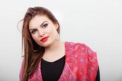 Junges lateinisches Frauenporträt der Schönheit, langes Haar brunett Mädchen Stockbild