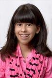 Junges lateinisches Mädchen, das mit farbigen Klammern lächelt Stockfotografie
