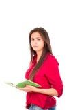 Junges lateinisches Mädchen, das offenes Buch hält Stockfotos