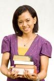 Junges Librarian mit Stapel Literatur Stockfoto