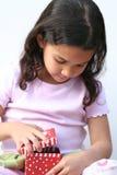Junges Mädchen-Öffnungs-Geschenk Lizenzfreie Stockbilder