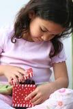 Junges Mädchen-Öffnungs-Geschenk Stockfotos
