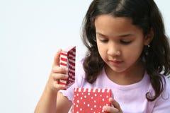 Junges Mädchen-Öffnungs-Geschenk Lizenzfreie Stockfotos