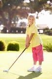 Junges Mädchen-übendes Golf lizenzfreie stockbilder