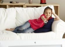 Junges Mädchen-überwachendes Fernsehen zu Hause Stockbild