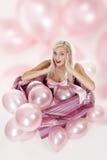 Junges Mädchen als Geschenk in den Ballonen Lizenzfreies Stockbild