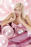 Junges Mädchen als Geschenk in den Ballonen Stockfotos