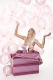 Junges Mädchen als Geschenk in den Ballonen Lizenzfreie Stockbilder