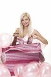 Junges Mädchen als Geschenk in den Ballonen Stockbild