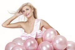 Junges Mädchen als Geschenk in den Ballonen Stockbilder