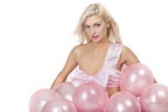 Junges Mädchen als Geschenk in den Ballonen Lizenzfreie Stockfotos