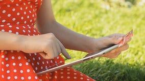 Junges Mädchen arbeitet an der Tablette stock video
