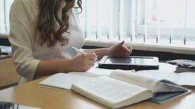 Junges Mädchen arbeitet unter Verwendung einer elektronischen Tablette stock video footage
