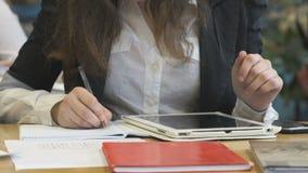Junges Mädchen arbeitet unter Verwendung einer elektronischen Tablette stock video