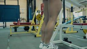 Junges M?dchen athletisch, athletische Gestalten ihre Wadenmuskeln stock footage