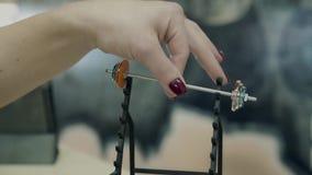 Junges Mädchen, athletisch, in der Turnhalle Sie hebt ein kleines Barbellmodell, mit zwei Fingern an Nahaufnahme stock video footage