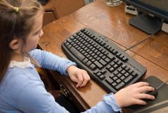 Junges Mädchen auf Computer Stockbilder