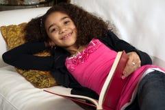 Junges Mädchen auf Couchmesswert Lizenzfreie Stockfotografie