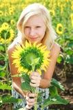 Junges Mädchen auf dem Gebiet der Sonnenblumen Stockfotos