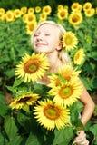 Junges Mädchen auf dem Gebiet der Sonnenblumen Stockfoto