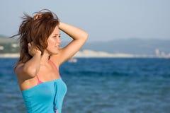 Junges Mädchen auf dem Hintergrund des Meeres Lizenzfreies Stockfoto