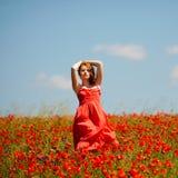Junges Mädchen auf dem Mohnblumegebiet lizenzfreies stockfoto